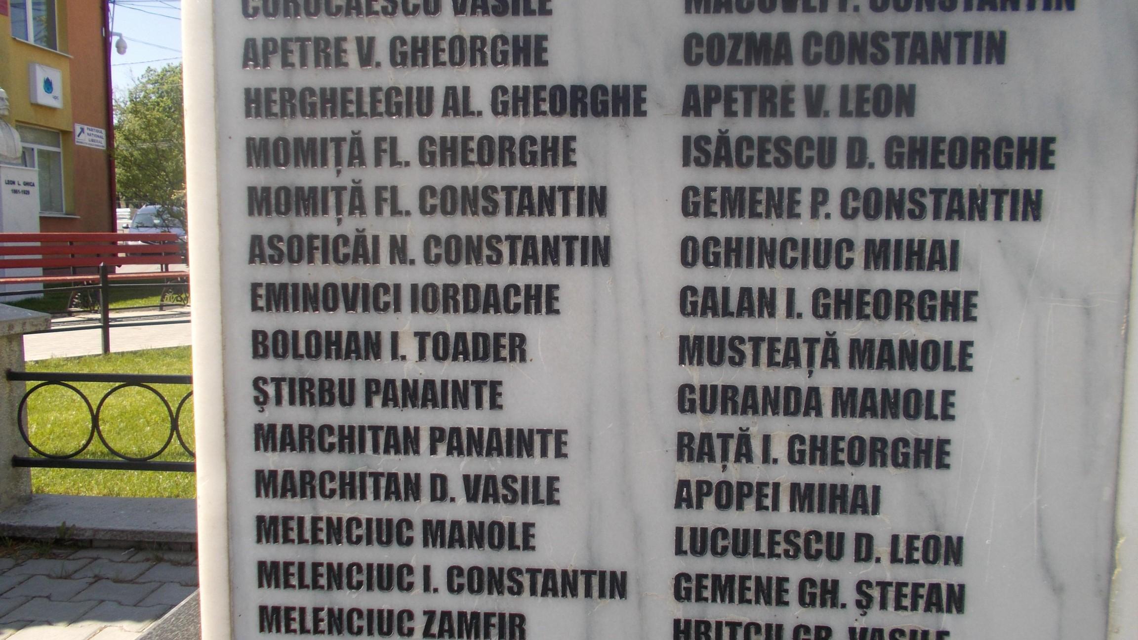 Numele lui Iordache Eminovici, săpat în marmora coloanei din stânga a eroilor dumbrăvineni