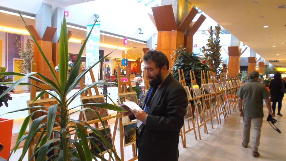 Pictorul Constantin Ungureanu-Box, vizionând expoziţia. Cu creionul în mână, Tănasă!
