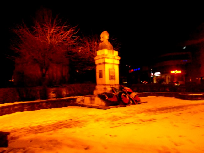 În noapte nepăsării, sub maldărele de omagieri lustruitoare de nimeni