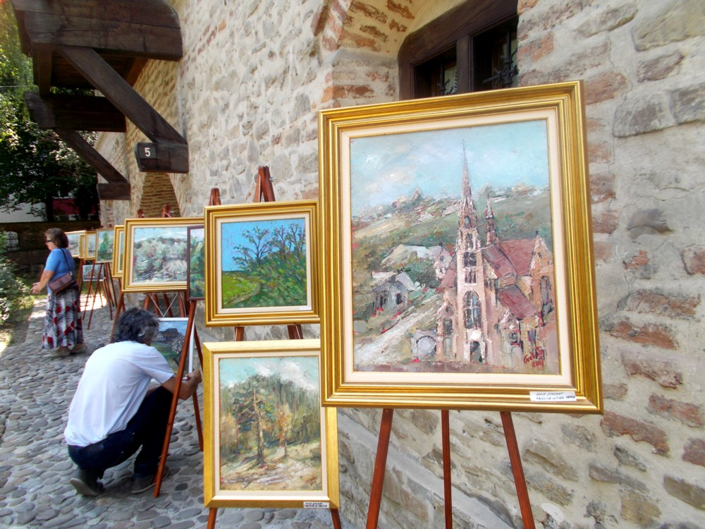 Flancul drept al expoziţiei, panotat de Iulian Dziubinski