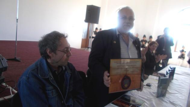 Menachem Falek, arătând diploma publicului