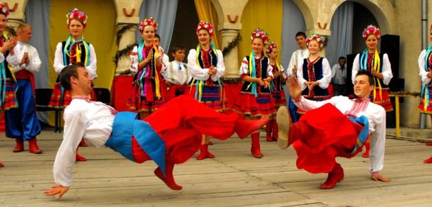 Aşa se face rusificarea Bucovinei, deşi rusoaicele nu au purtat, vreodată, minijupă