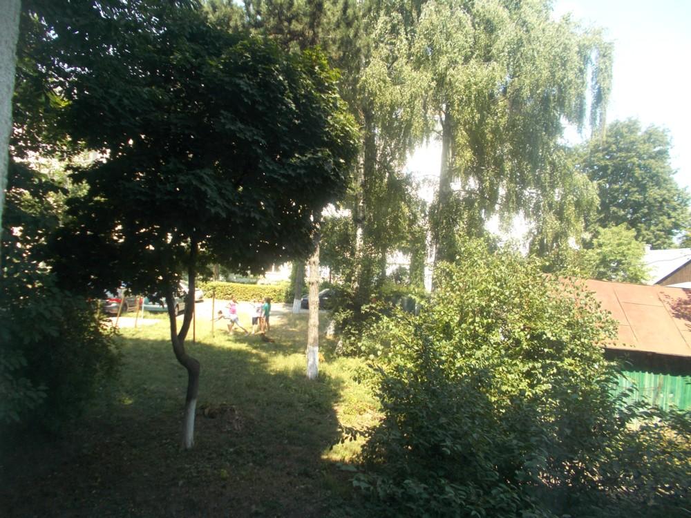 Locul de joacă din spatele blocului în care locuiesc