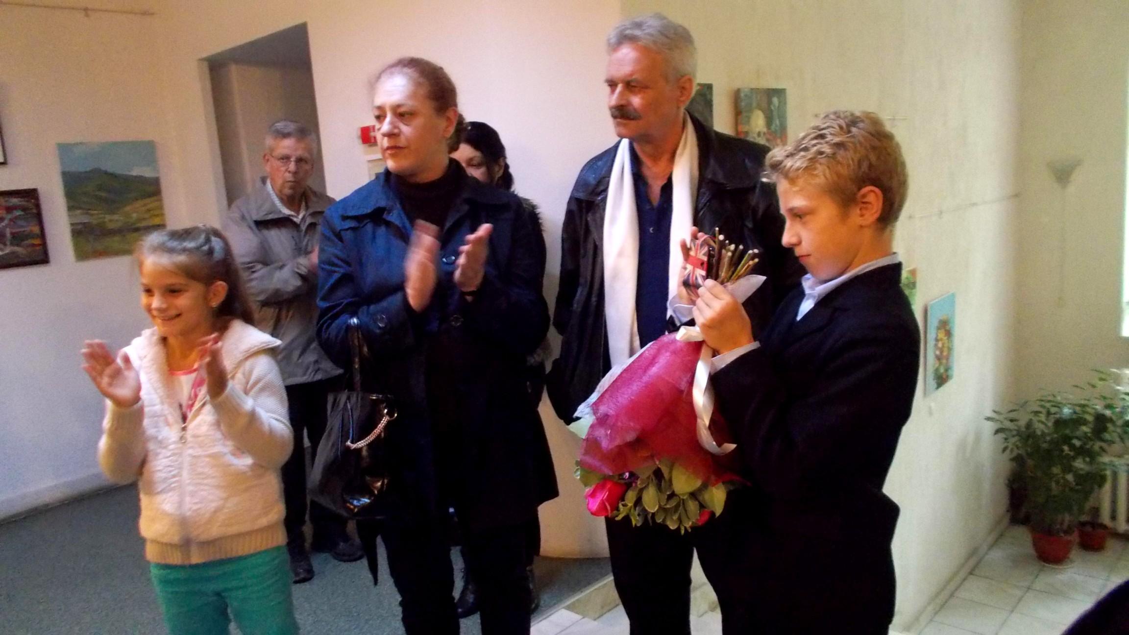 Aplauze pentru Ioana Paul şi flori de la frăţiorul ei
