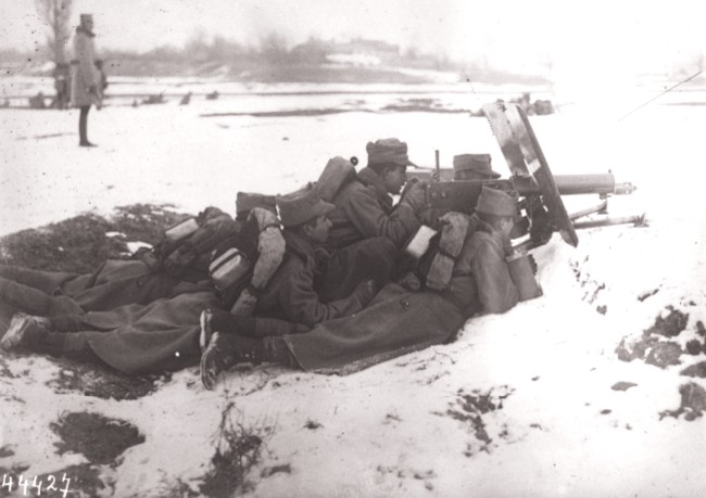 GALLICA, 1915: Infanteria română, cu mitraliera Maxims