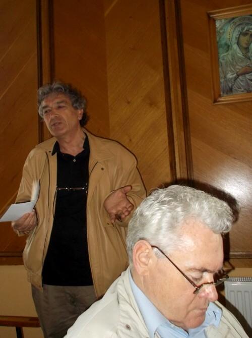 Constantin Horbovanu, pletând pentru umor, în vreme ce Vasile Schipor îi cercetează, cu atenţie, cartea