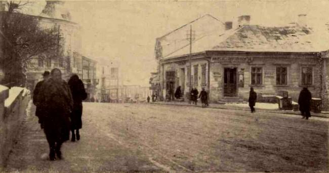 """Hotelul """"Lemberg"""" din Cernăuţi, unde a fost arestată faimoasa bandă poloneză de traficanţi internaţionali. Banda capturase două fete, care au putut cunoaşte…"""