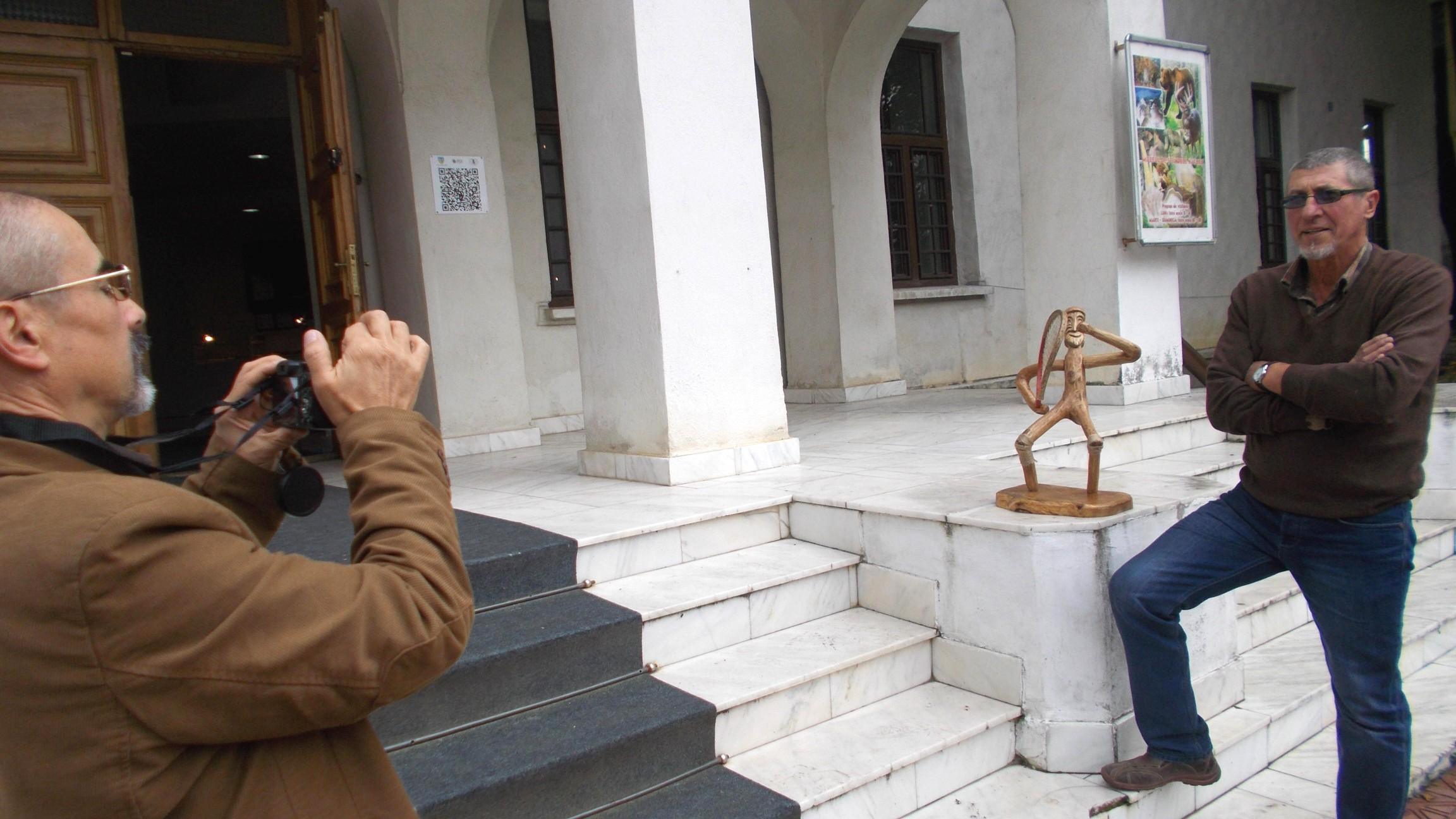 Opera şi autorul rezistă, în nemişcare, până ce Tibi Cosovan izbuteşte să-i fotografieze
