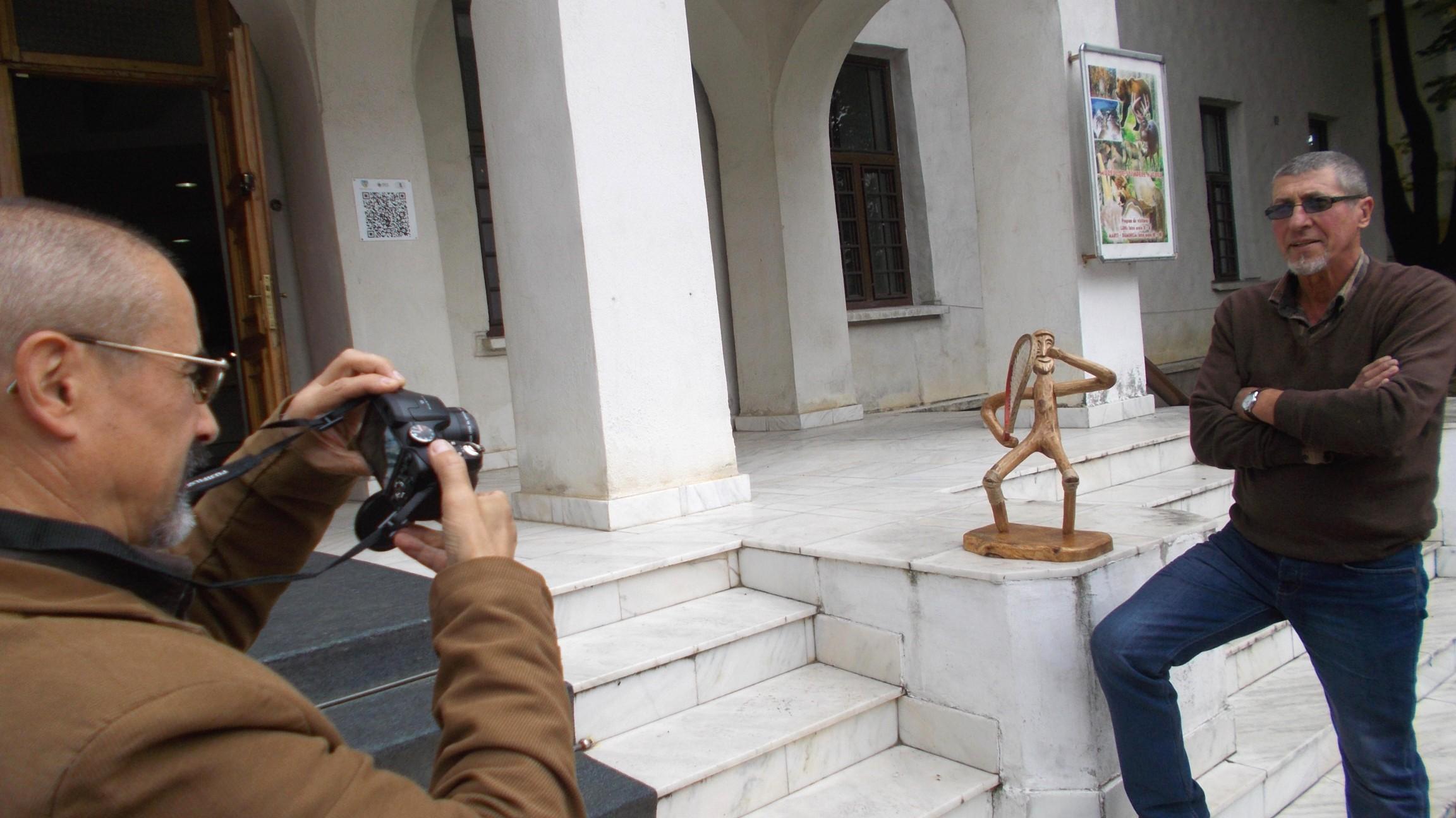 Tiberiu Cosovan, încercând să pozeze opera şi autorul