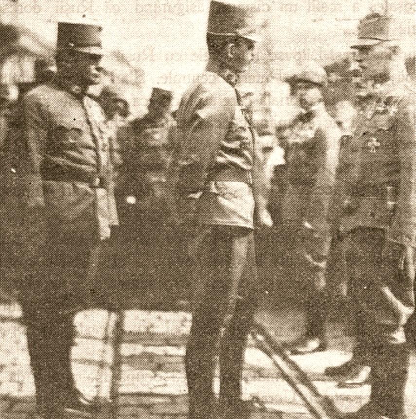 Felicitat de împăratul Carol, Eduard Fischer (în dreapta), şeful jandarmilor din Bucovina, partener de afaceri necurate cu Vintilă Brătianu, căzând prizonier la români, avea să fie eliberat cu onoruri militare