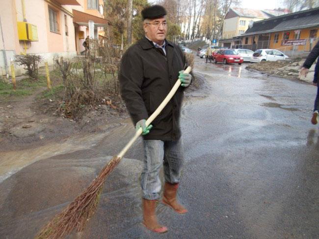Primarul Ion Lungu: Dragi suceveni, citiţi filmu di pi făisbucu mieu, cum am scos oraşu din noroi...