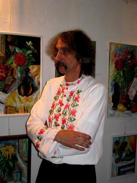 """Pictorul Iulian Dziubinski, la vernisajul expoziţiei """"Flori pentru Libertate"""""""