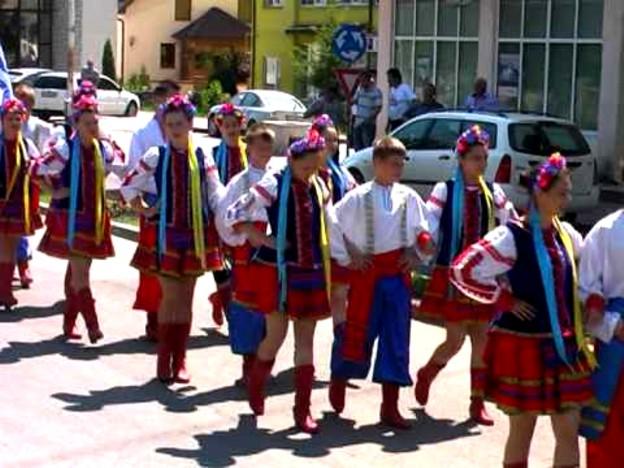 """Parada """"portului popular ucrainean"""", la un festival din judeţul Suceava."""