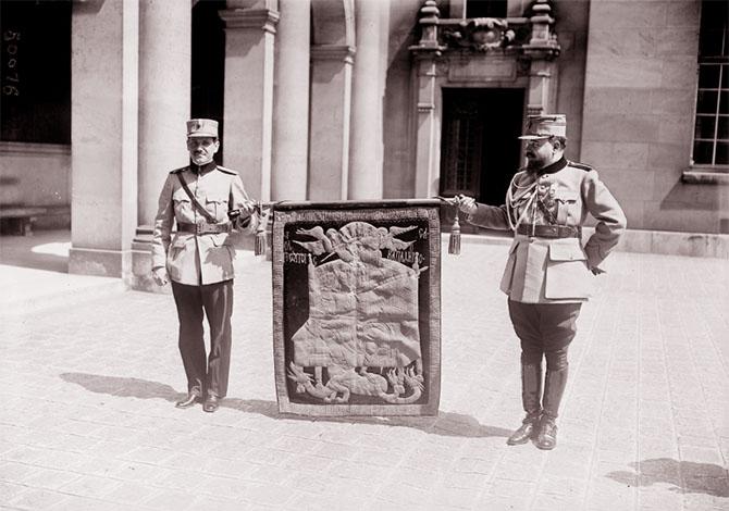 L'étendard d'Etienne le Grand avant la cérémonie à la Sorbonne, 28 juillet 1917