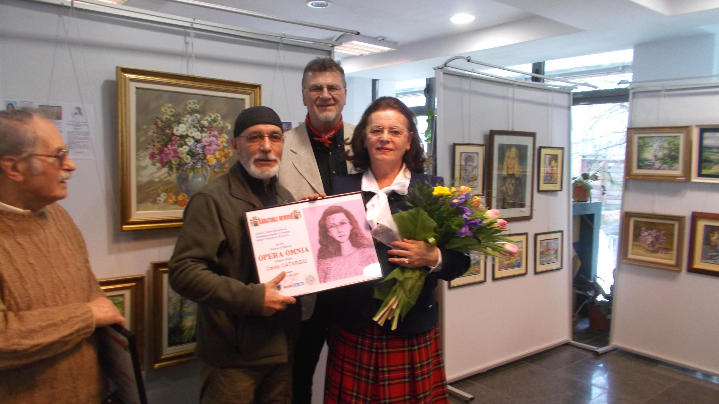 Laureati Doina pozand cu diploma
