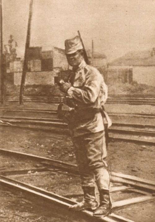 Le Miroir, 10 septembrie 1916: Santinelă română, în Gara de Nord
