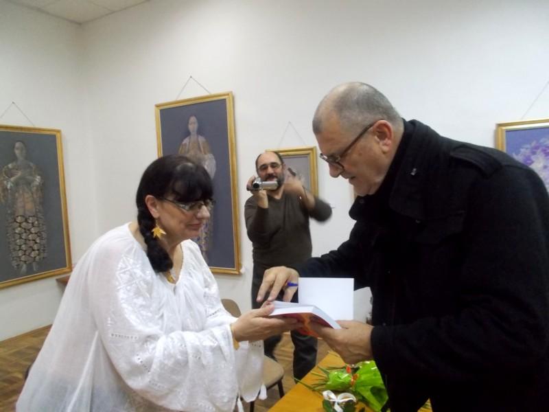 PIM, înmânându-i romancierei cartea cu portretul pe care i l-a făcut