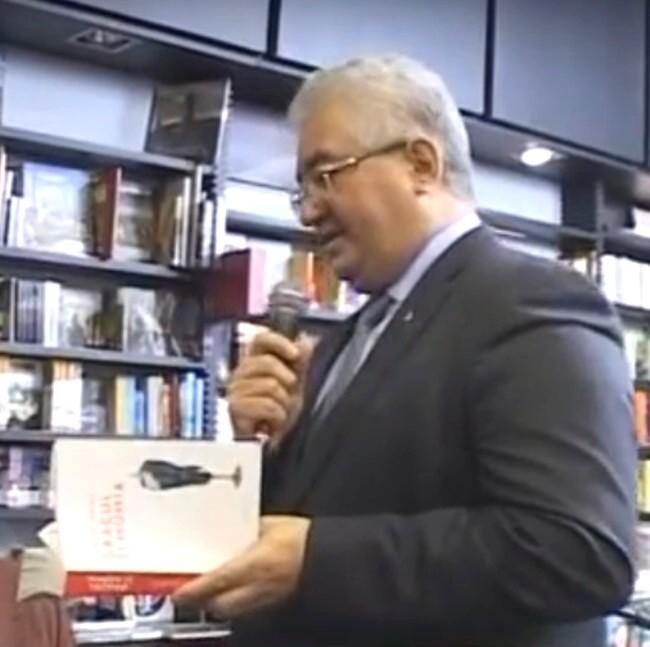 INCREDIBIL: Ion Lungu, vorbind despre găluşte, cu o carte în mână!