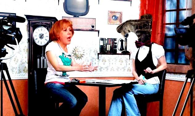 Angela Zarojanu, muza de la Burdujeni, cartierul Dorohoi: Stimate domnule Biholarrru, sunteţi prrroprrrietarrrul televiziunii şi o perrrsonalitate culturrrală a Sucevei, un savant, aş putea zice... Cum aţi ajuns la un asemenea succes... rrr?