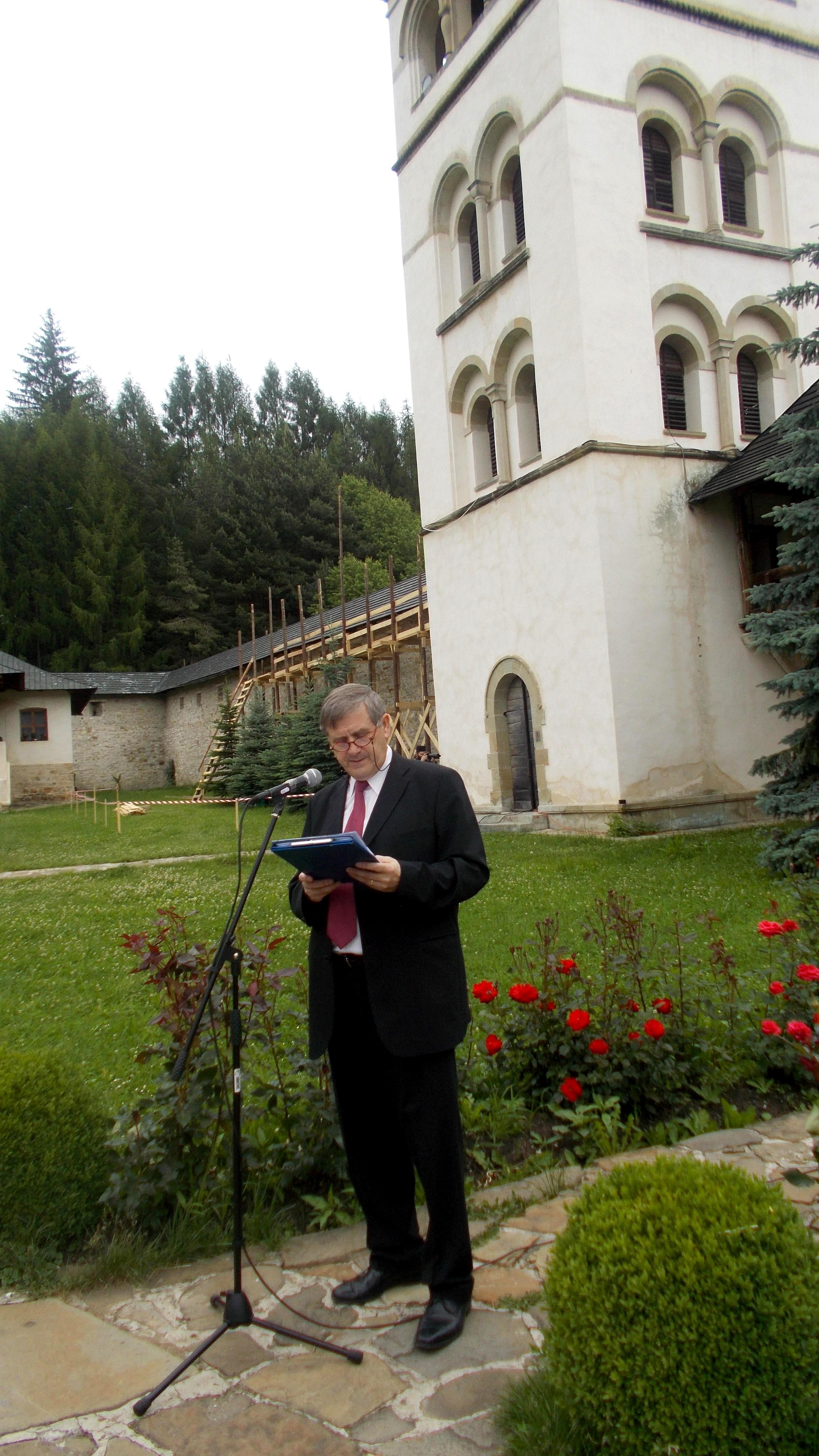 """Viorel Varvaroi, Managerul general al Centrului Cultural """"Bucovina"""", deschizând şirul de manifestări comemorative"""