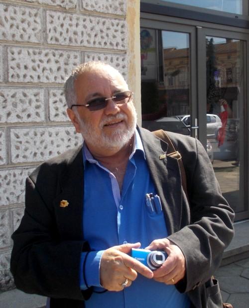 Menachem Falek, căutând instantanee din oraşul profesorului său (la Universitate), Dan Pagis