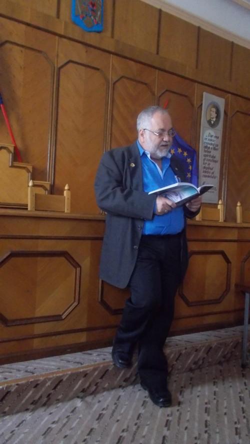 Menachem Falek, citind, în română şi în hebraică, poeme de Dan Pagis