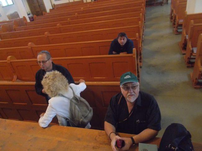 Menachem Falek cu Deac in Sinagoga din Bistrita 2