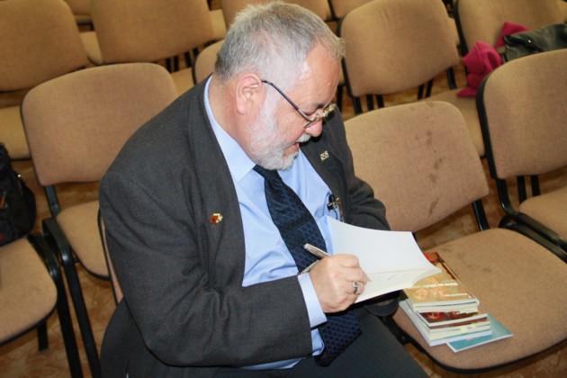 Menachem Falek dand autografe