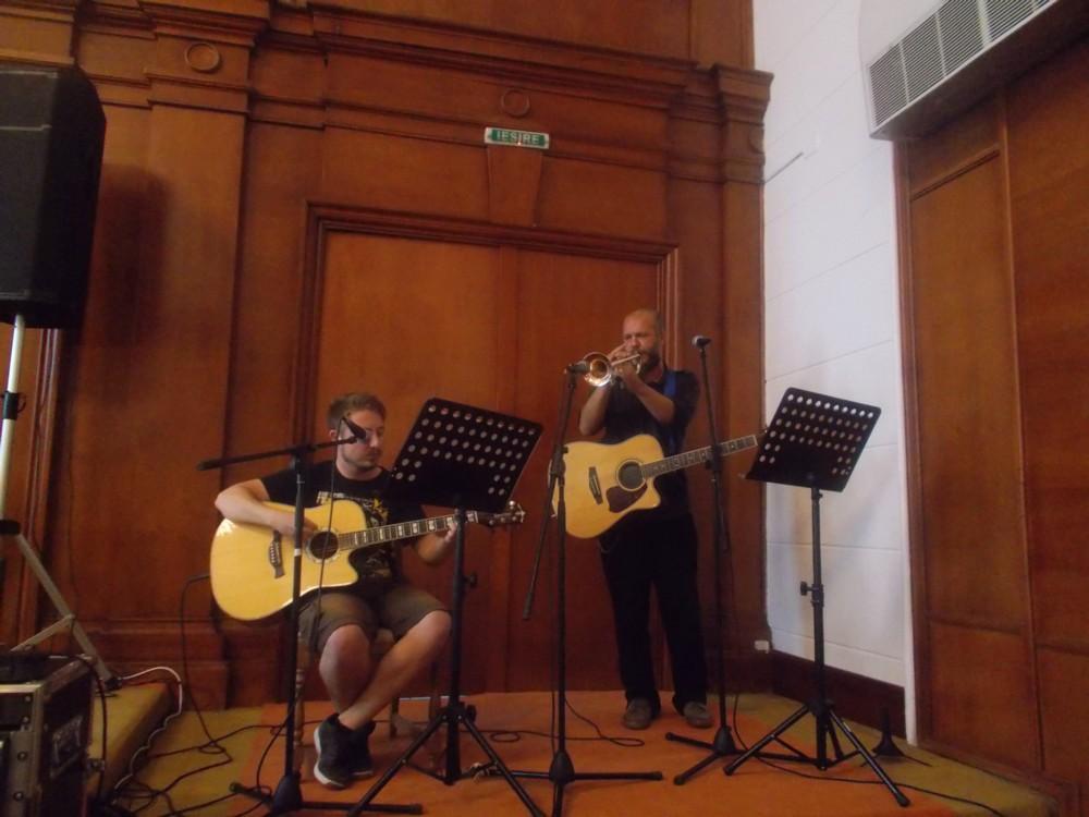 Andi şi Mihnea, cântând  pentru Doamna Sofia Vicoveanca