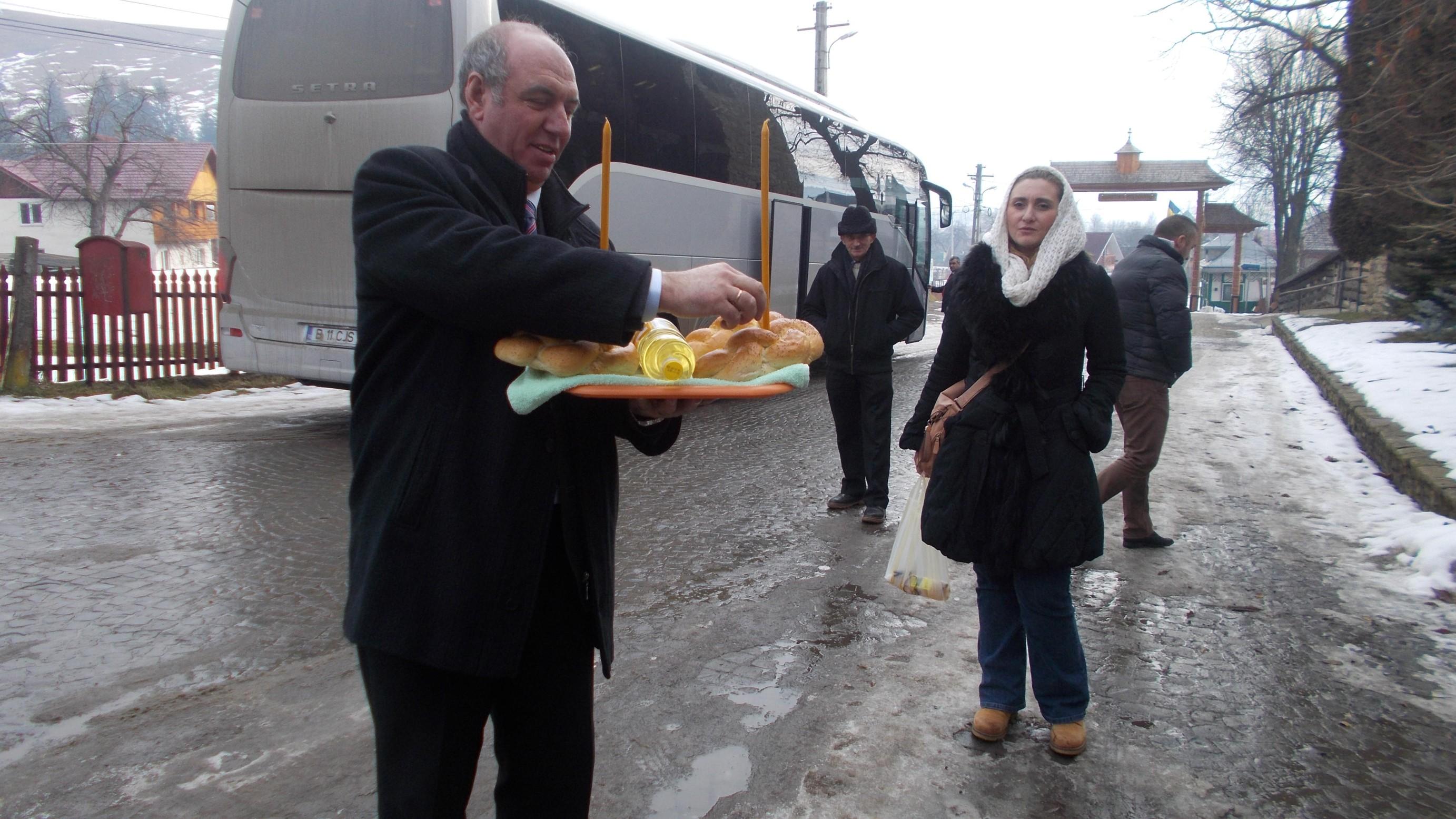 Ionică Băiţan şi Oana Sîrbu-Botezat, pregătindu-se pentru întâmpinarea preotului Sfintei Mănăstiri