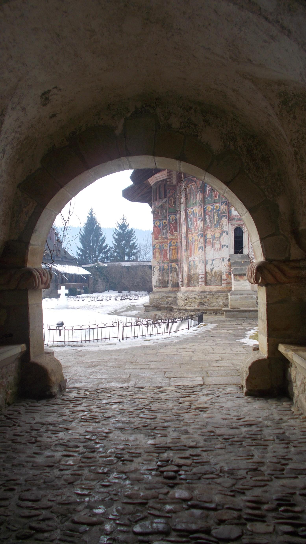 Intrarea în curtea Mănăstirii Moldoviţa