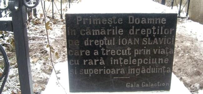 Detaliu de la mormântul lui Slavici - foto: greatnews ro
