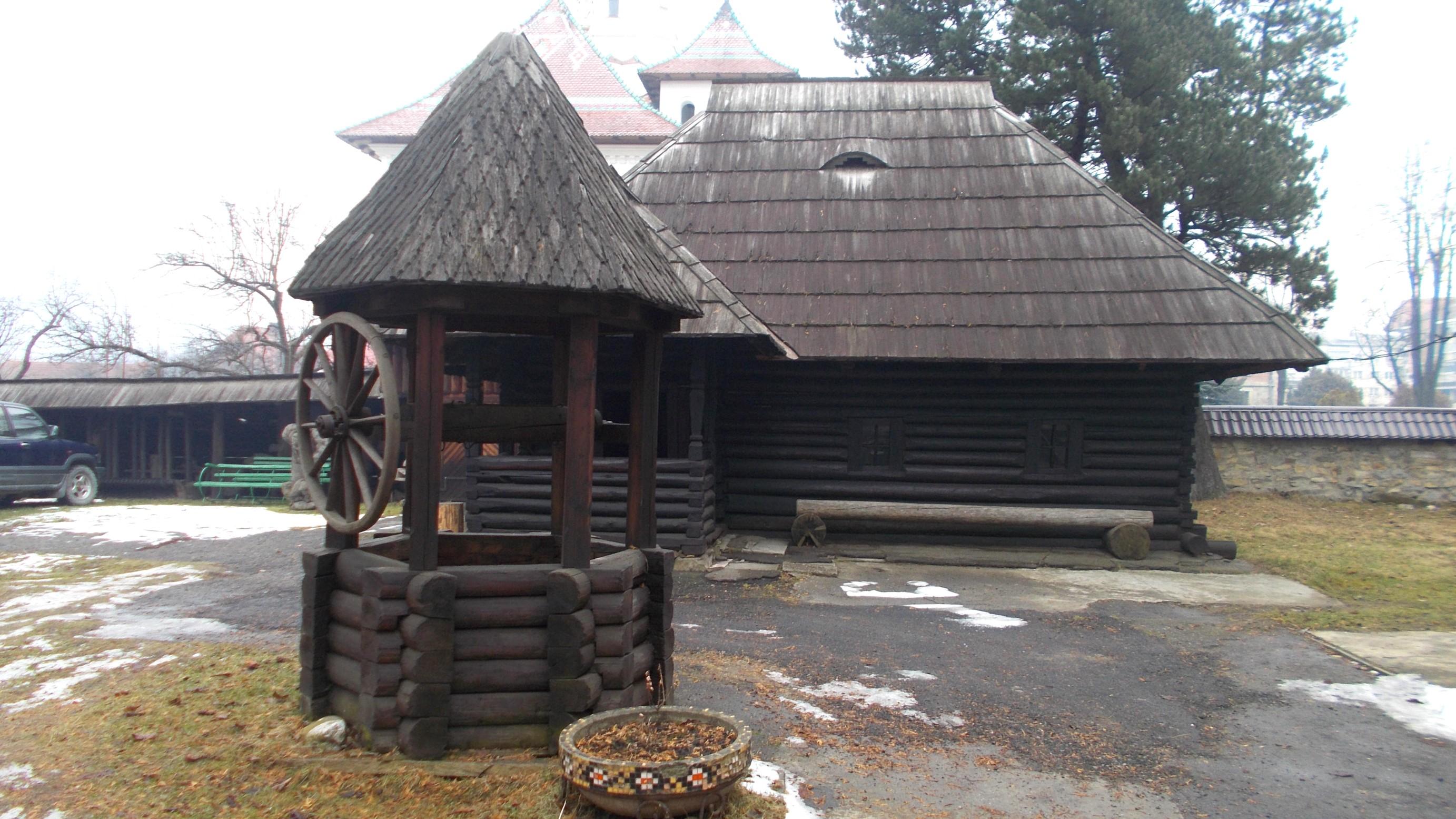Fântână şi casă tradiţională muntenească