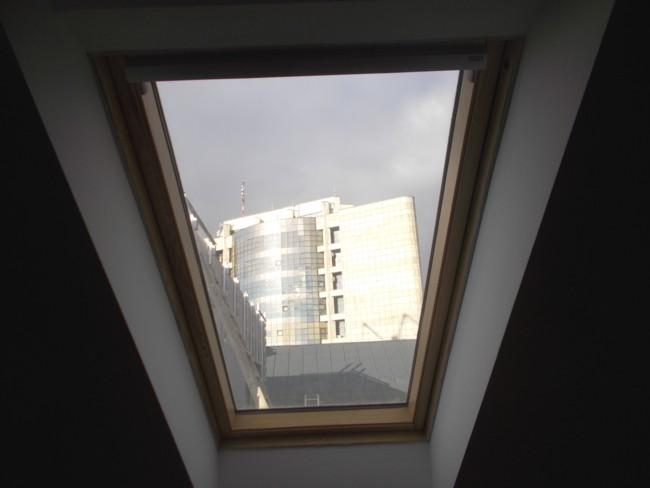 Peisaj, prin fereastra de la mansardă