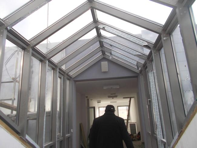Pasaj de trecere în clădirea nouă, din curtea interioară