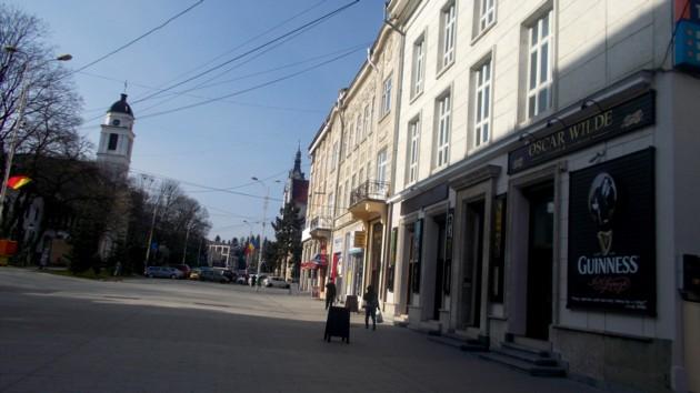 Splendidul pietonal, şi el fostă stradă, din faţa crâşmei lui Ion Lungu, şi ea fostă Galerie de Artă