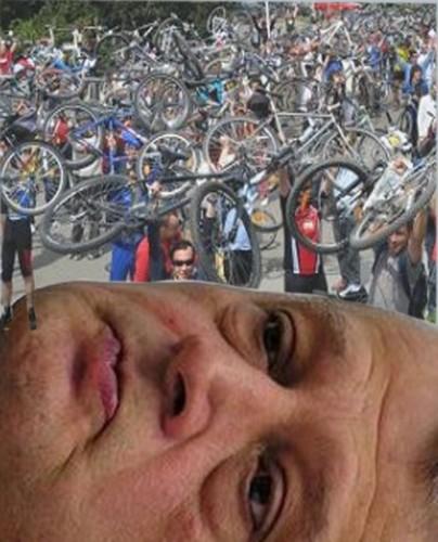 """Biciclistul: """"Mă, obrazul ăstuia e mai compromis decât asfaltul!""""."""
