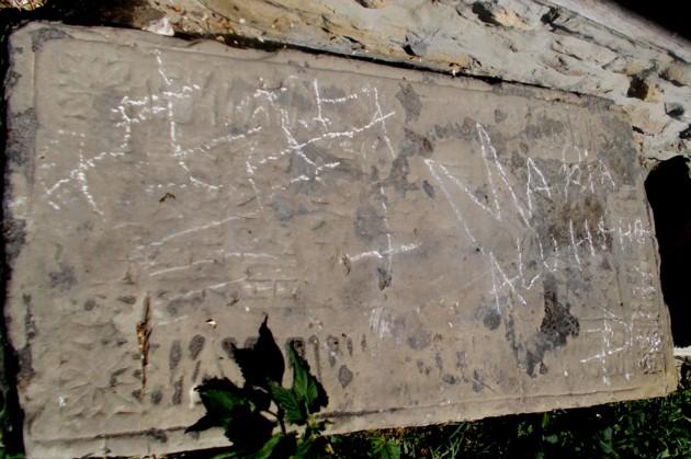 Piatra bunicii lui Eminescu, smulsă de pe mormânt şi aruncată sub zidul bisericii, la Băneşti