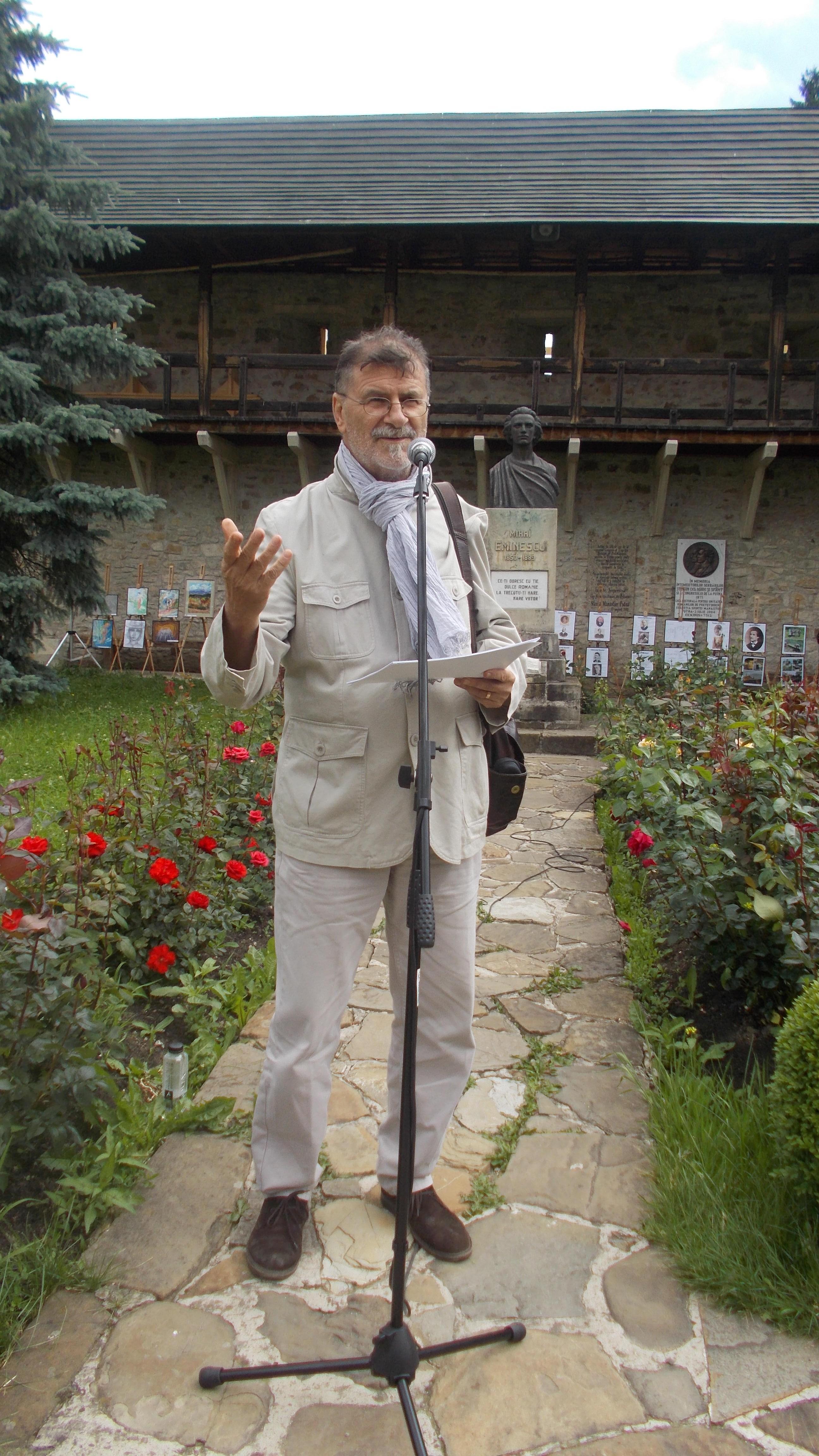 Artistul plastic Mihai Pânzaru-PIM, deschizând festivitatea de premiere a tinerilor pictori din judeţul Suceava