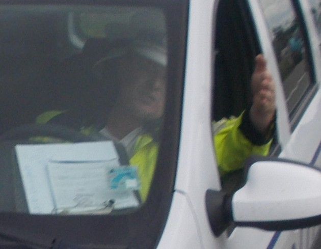 Poliţistul care mi-a interzis să mai fotografiez tâlhăria la drumul mare şi public