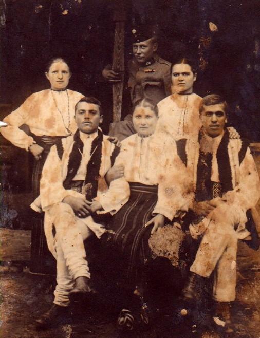 Un ostaş rus şi o familie de bucovineni - Colecţia Vasile Uresache