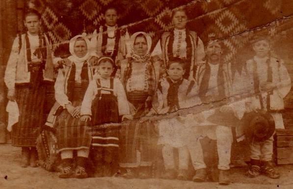 Familie câmpulungeană, în port tradiţional