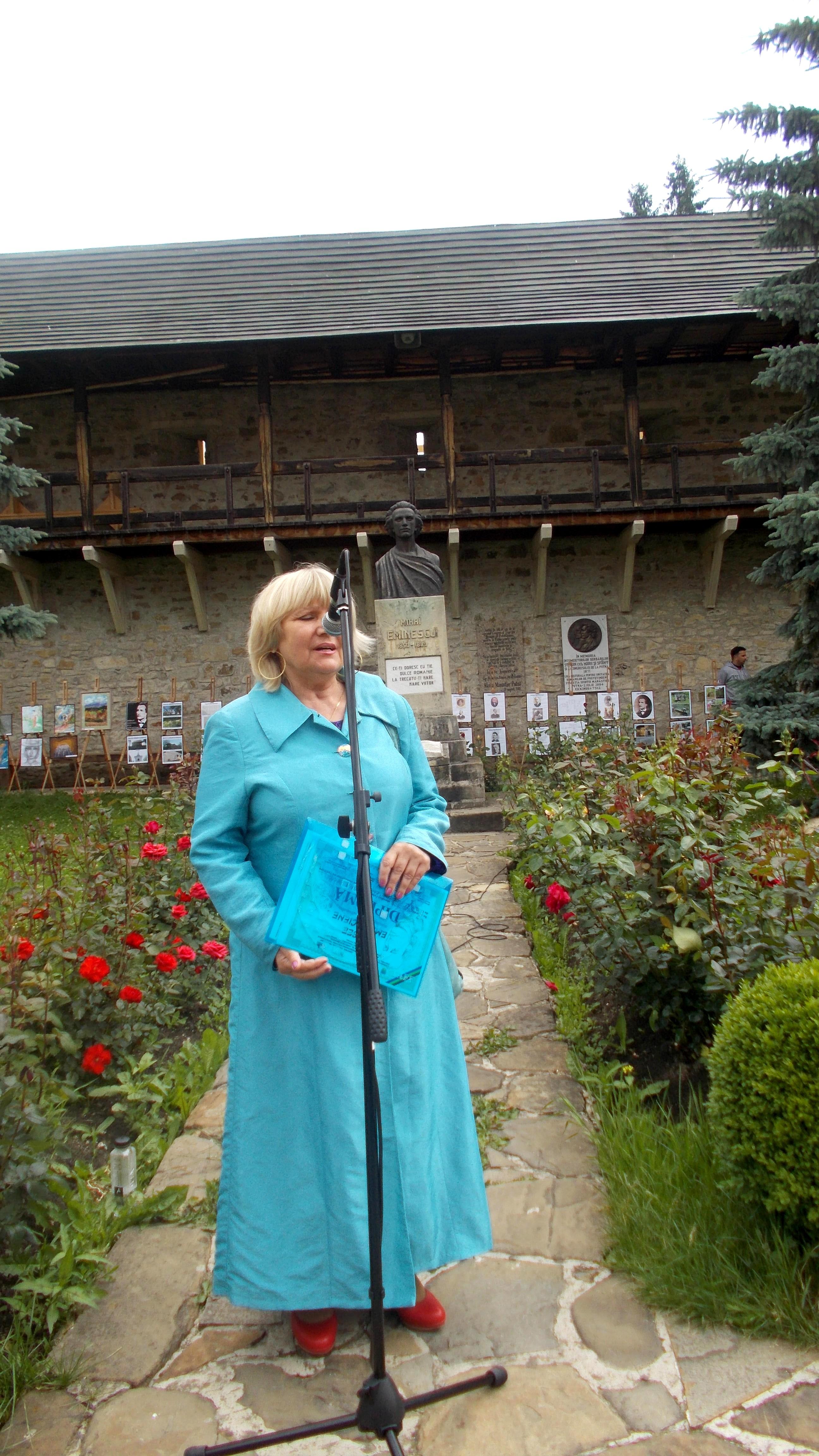 Poetesa şi profesoara Viorica Petrovici, deschizând festivitatea de premiere a recitatorilor