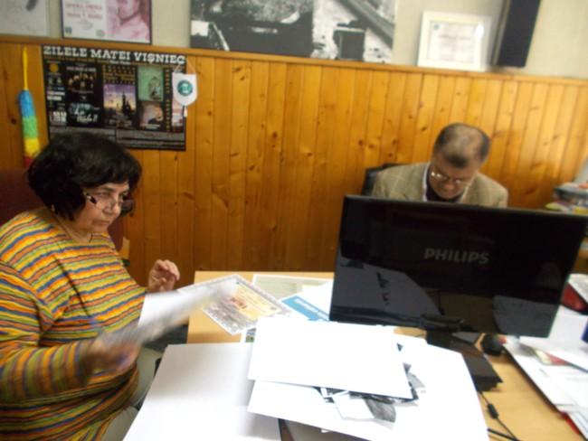 Viorica Moruz, semnând diplome, şi PIM, scriindu-le caligrafic