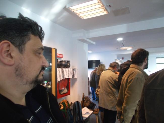 Constantin-Emil Ursu ascultă, ascuns după public