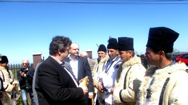"""Preşedintele Nechifor şi artiştii """"Cerbului"""" din Corlata. Artişti, sacerdoţi, nicidecum dansatori!"""