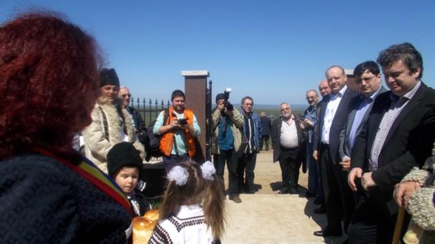 Primirea poeţilor Marius Chelaru, din Iaşi, şi Menachem Falek, din Ierusalim, de către Preşedintele Nechifor, de către politicieni şi de către corlăţeni