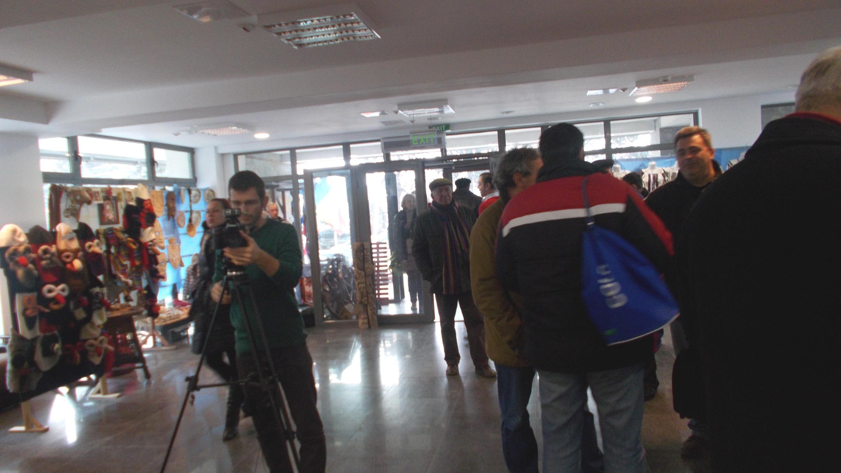 În public, Gabi Sandu filmează, iar BOA se întreţine cu umoriştii