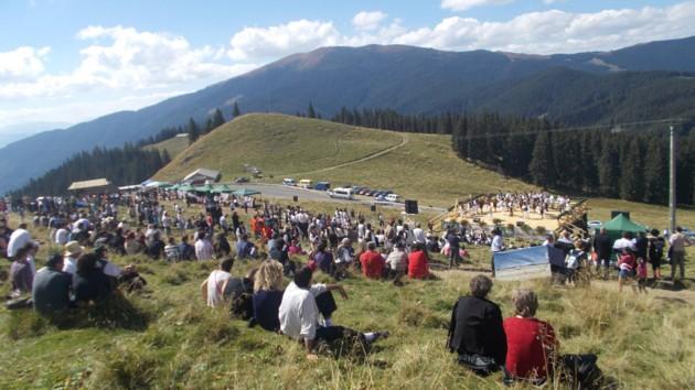 Publicul, admirând frumuseţea peisajului