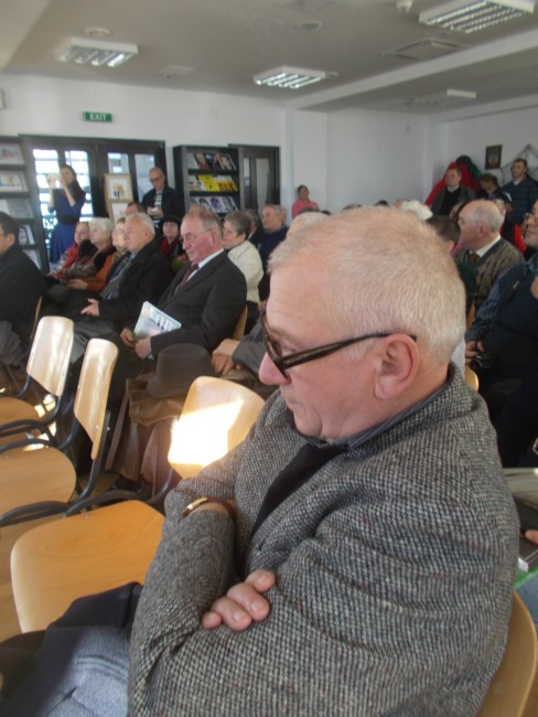 Poetul cernăuţean Ilie Zegrea, în primul rând al publicului
